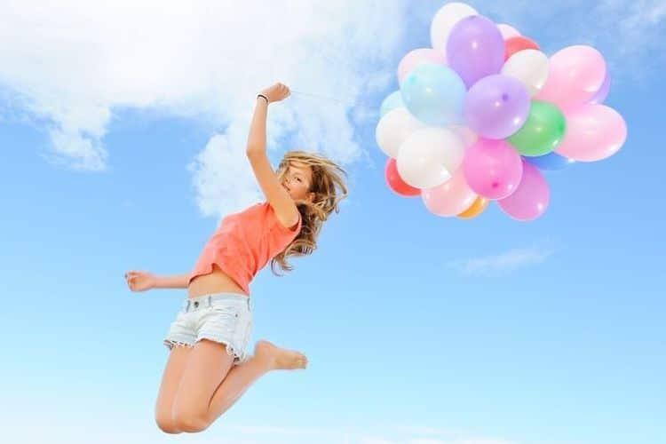 風船で飛ぶ女