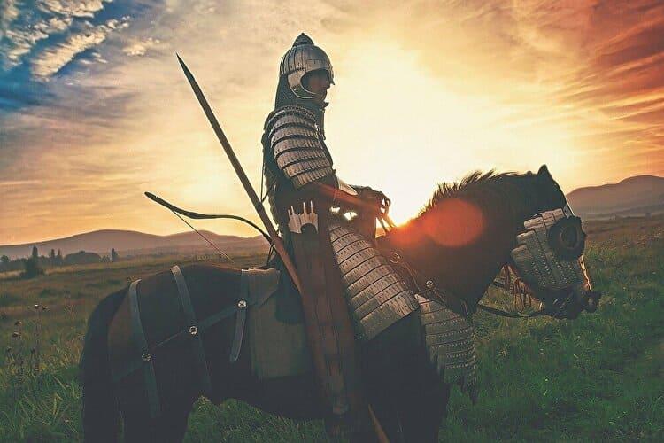 夕日にたたずむ馬に乗った棋士