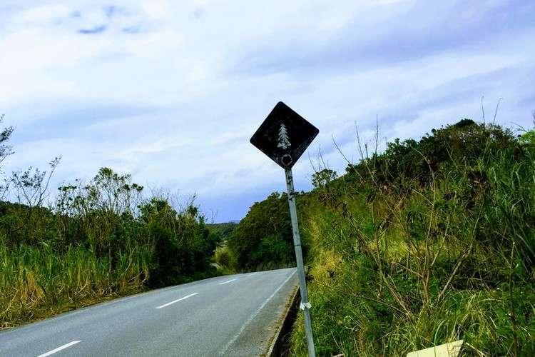 宮城島ビーチへの曲がり角目印