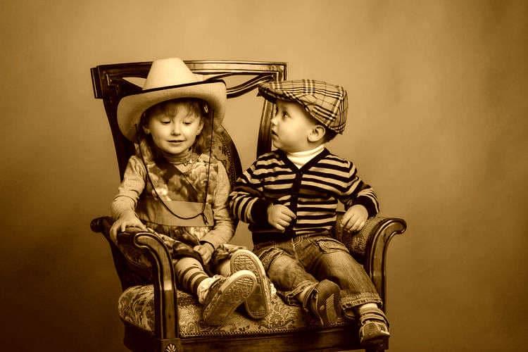 アンティークのイスと子供たち