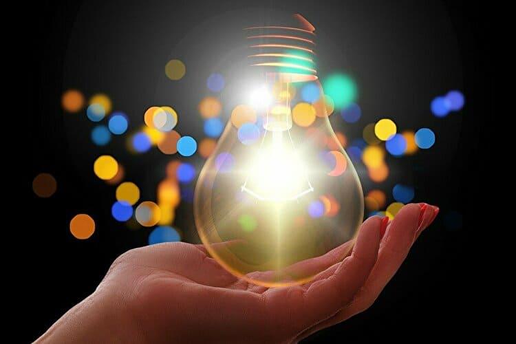 手のひらで光る電球