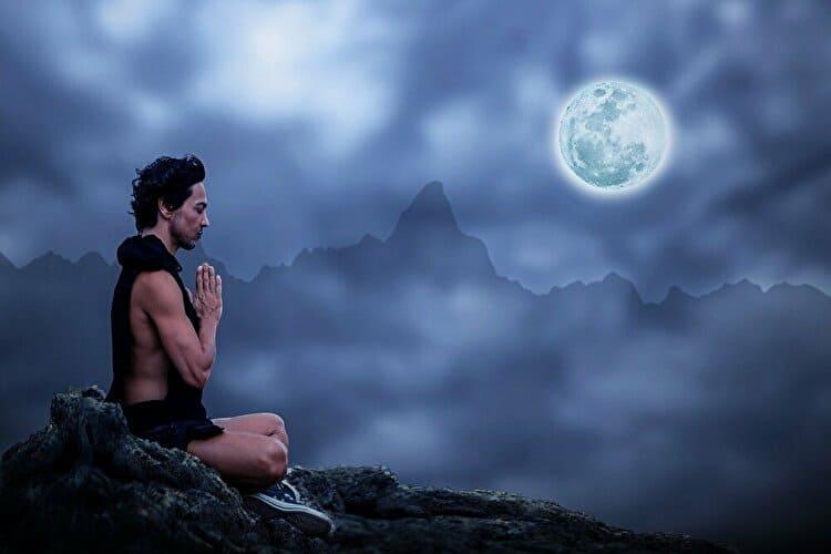 満月の夜にヨガをする男