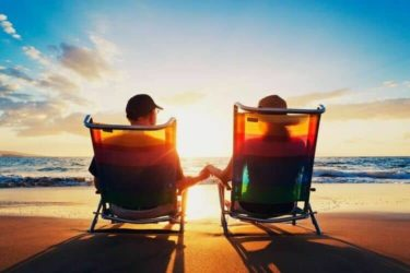 サンセットを眺めながら手をつなぐ二人