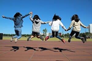 女の子たちがジャンプ