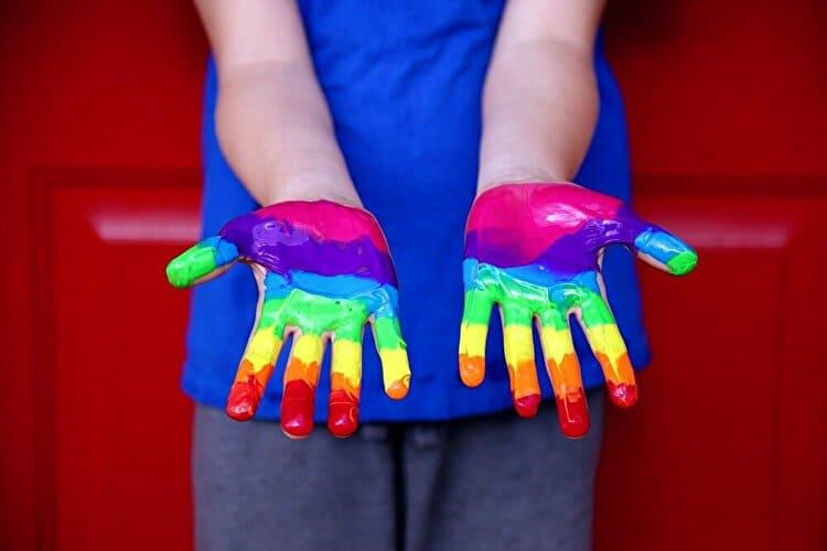 手のひらに塗られた虹色