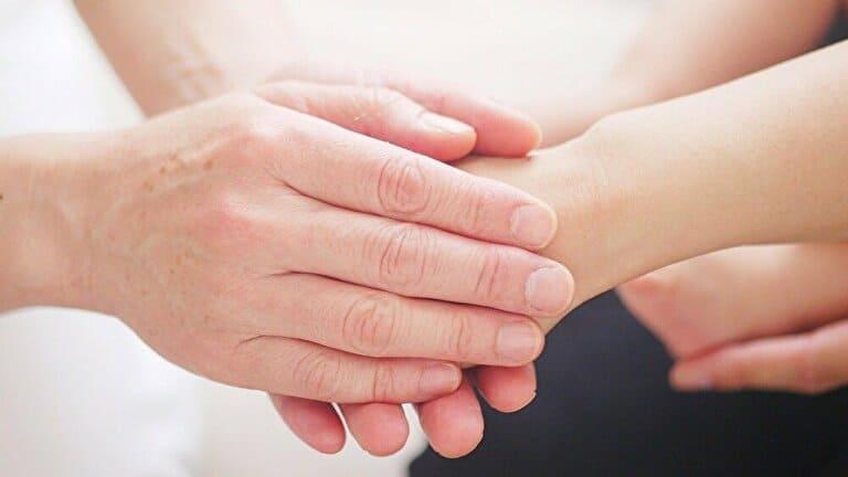 手を握る思いやり